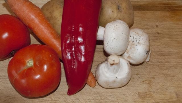 свински гювеч - зеленчуците