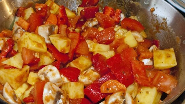 свински гювеч - зеленчуковата смес