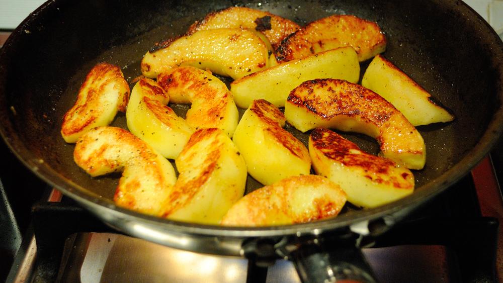 карамелизирани пържени ябълки