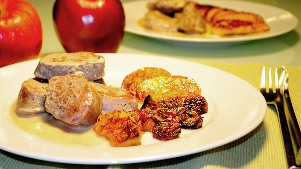 свинско с карамелизирани пържени ябълки