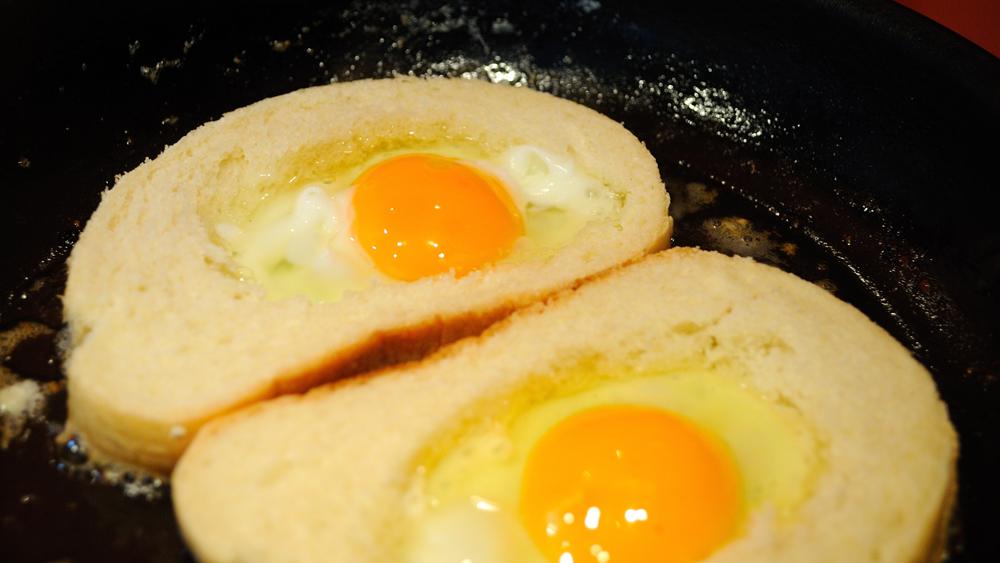 Пържени филийки с яйце - прозорче