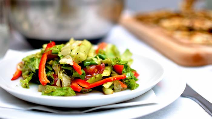 импровизирана салата с краставици, чушки и чери-домати